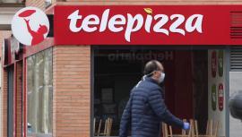 Un hombre protegido con mascarilla pasea cerca de un local de Telepizza el mismo día en el que han comenzado a servir menús para alumnos madrileños con beca comedor y así evitar que les falten alimentos por la crisis del coronavirus, en Madrid (España), a 18 de marzo de 2020. 18 MARZO 2020;TELEPIZZA;RODILLA;CORONAVIRUS;VIRUS Eduardo Parra / Europa Press   (Foto de ARCHIVO) 18/3/2020