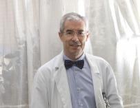 Emilio Bouza, nhà vi sinh vật học với chiếc nơ điều trị vi rút, sẽ ủng hộ CAM