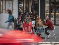 Seis personas sentadas en una terraza el día en que se amplían a seis los comensales por mesa, a 12 de abril de 2021, en Valencia, Comunidad Valenciana (España). A partir de hoy, seis personas podrán sentarse juntas en bares y terrazas. También se flexibilizan las restricciones en las residencias inmunizadas, pero se mantienen el resto de medidas en lo que a horarios y aforos interiores se refiere en comercios, hostelería o centros deportivos. 12 ABRIL 2021;COMENSALES;COMUNIDAD VALENCIANA;VALENCIA;HOSTELERÍA;ECONOMÍA Jorge Gil / Europa Press 12/4/2021