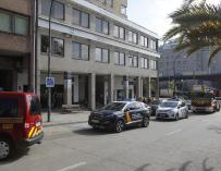 Varios vehículos de Policía Nacional, Policía Local y bomberos en las inmediaciones del piso donde se ha producido un apuñalamiento a tres personas, a 19 de abril de 2021, en A Coruña, Galicia (España). El apuñalamiento ha ocurrido esta mañana en el interior de un piso del número 12 de la ronda de Nelle, en las inmediaciones de la iglesia de San Pedro Mezonzo. El presunto autor de los hechos ha permanecido atrincherado en el piso durante más de una hora y ha amenazado con suicidarse. Los heridos con arma blanca, son una mujer que ha sufrido heridas leves, la pareja de la mujer y un tercer hombre. La mujer ya ha sido dada de alta y los otros dos heridos, se prevé que salgan del hospital a lo largo del día. 19 ABRIL 2021;ARMA BLANCA;GALICIA;APUÑALAMIENTO;SUCESOS;SUICIDIO;DETENIDO M. Dylan / Europa Press 19/4/2021