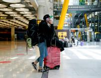 A boy with his luggage in T4 of the Adolfo Suárez airport, Madrid-Barajas during the first working day after the state of alarm, on May 10, 2021, in Madrid (Spain).  After the end of the second state of alarm, which took place yesterday Sunday, May 9, the Community of Madrid has eliminated the perimeter closure and the curfew, but maintains the limitations in basic health areas and delays closures: commercial to 23:00 and hospitality at 00:00 hours.  On the other hand, the Ministry of Health recommends that participation in groups of people for the development of any activity or event of a family, social or recreational nature, both on public roads and in public spaces, be limited to a maximum number of six people except in the case of cohabitants.  In Madrid, the mandatory use of a mask is also maintained.  MAY 10, 2021; TRAVEL; AIRPORT; END OF ALARM STATUS; PANDEMIC; CORONAVIRUS A. Pérez Meca / Europa Press 5/10/2021