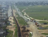 Una vista general donde aparece el muro fronterizo entre México y Estados Unidos en la frontera de Tijuana (México) y San Diego (California, EEUU)