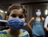 Un niño con mascarilla durante la alerta por coronavirus. /EFE