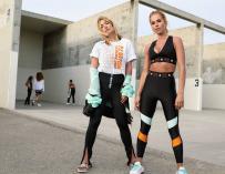 Dos mujeres con ropa a la moda athleisure.