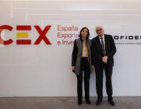 The Minister of Industry, Reyes Maroto, with the president of Cofides, José Luis Curbelo.