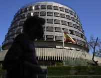 Una persona camina por las inmediaciones del Tribunal Constitucional, a 1 de julio de 2021, en Madrid, (España). 01 JULIO 2021;VOX;RECURSO;TRIBUNAL;CONSTITUCIONAL Jesús Hellín / Europa Press 1/7/2021