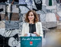 La presidenta de la Comunidad, Isabel Díaz Ayuso, responde a los medios en una rueda de prensa durante una visita al IES Gerardo Diego de Pozuelo de Alarcón con motivo del Día Mundial del Docente, a 5 octubre de 2021, en Pozuelo de Alarcón, Madrid, (España). Celebrado anualmente el 5 de octubre desde 1994, el Día Mundial de los Docentes conmemora el aniversario de la suscripción de la Recomendación de la OIT y la UNESCO relativa a la Situación del Personal Docente. Esta Recomendación establece criterios de referencia en cuanto a los derechos y responsabilidades del personal docente y normas para su formación inicial y perfeccionamiento, la contratación, el empleo, y las condiciones de enseñanza y aprendizaje.  05 OCTUBRE 2021;DOCENTE;DIA MUNDIAL DOCENTE;GERARDO DIEGO;ALARCON  Ricardo Rubio / Europa Press  5/10/2021