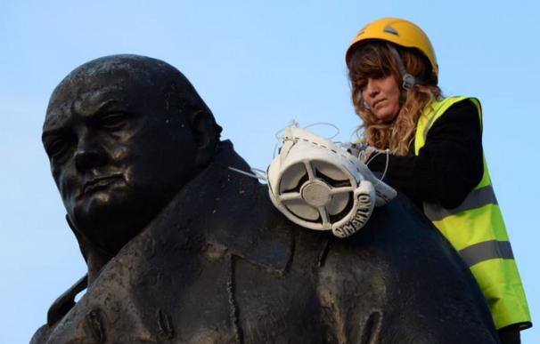 Máscaras antigás en monumentos de Londres contra la contaminación ambiental