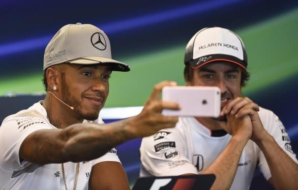 Hamilton y Alonso se hacen un 'selfie'