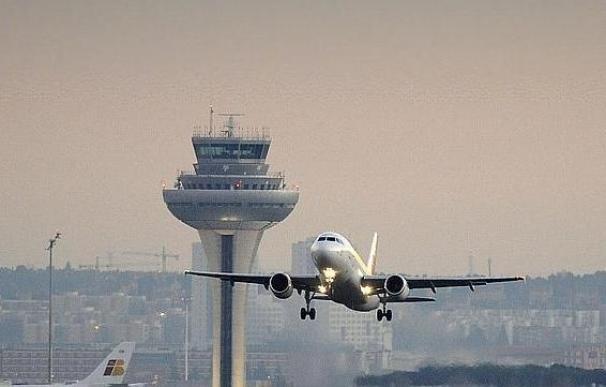 Un avión aterriza en el aeropuerto Adolfo Suárez Madrid-Barajas. (afp)