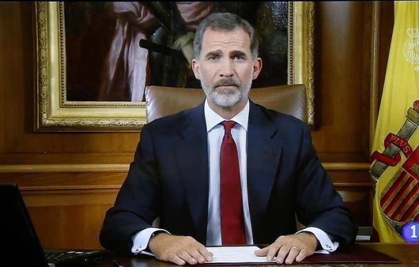 Imagen tomada de la televisión que retransmite el mensaje del rey Felipe VI a los españoles, dos días después del referéndum ilegal organizado por la Generalitat sobre la independencia de Cataluña. EFE/J.P.Gandul
