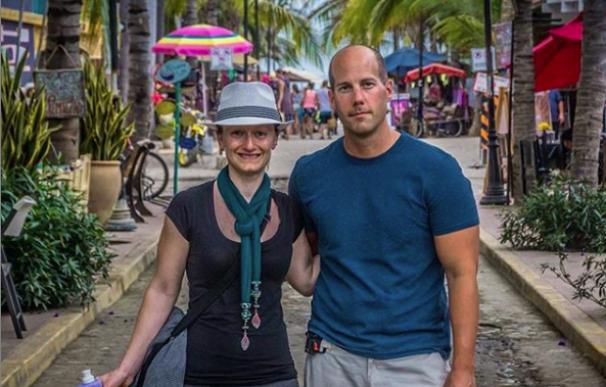 Fotografía de Steve y Courtney Adcock, pareja que se jubiló con 35 años.