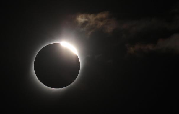 El sol cubierto por la luna durante el eclipse solar total
