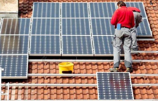 Paneles solares en una vivienda. / EFE