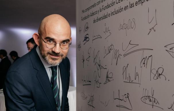 Carlos Nuñez, director general de HENNEO, firma la adhesión a este programa.