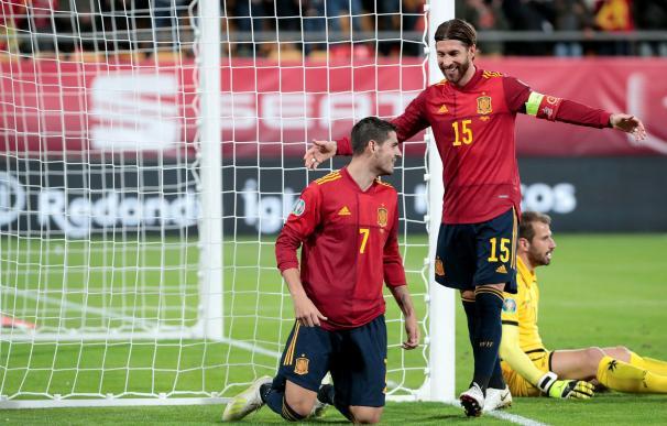 El capitán de la selección española Sergio Ramos (c) felicita a Álvaro Morata (i) tras marcar ante Malta. /EFE