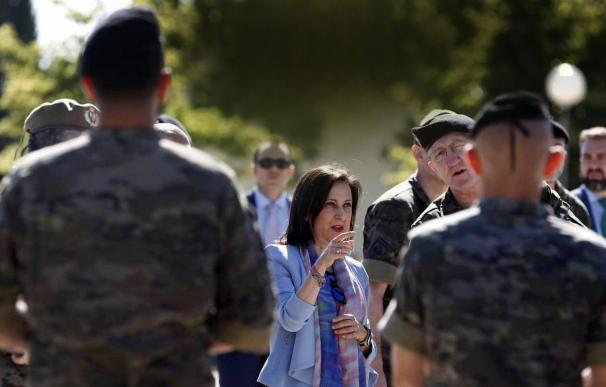 "La ministra de Defensa, Margarita Robles, visita la Brigada "" Guadarrama"" XI, en la base militar El Goloso. / EFE"