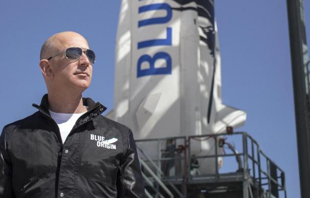 Jeff Bezos posa junto a uno de sus cohetes. / Blue Origin