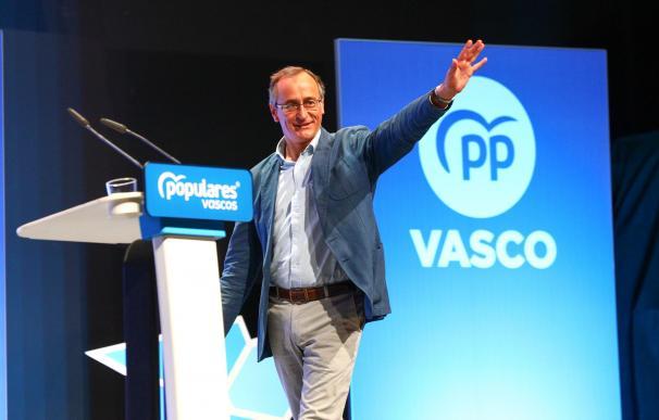 El presidente del PP, Pablo Casado, junto al presidente del PP en Euskadi, Alfonso Alonso, en la clausura de la convención del PP vasco en el Palacio de Congresos Europa de Vitoria.