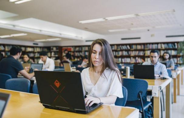 Mujer, trabajo, ordenador, emprendedores