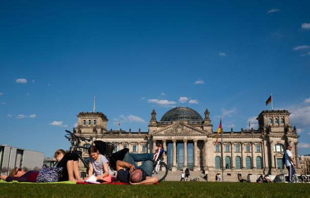 Alemanes en el parque Tempelhofer Feld en Berlín. / EFE