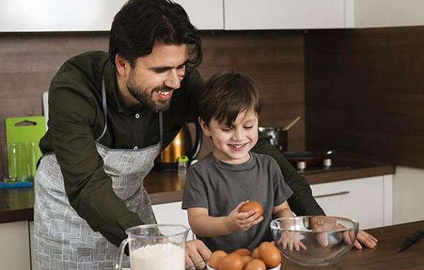 Un padre y un hijo cocinan juntos