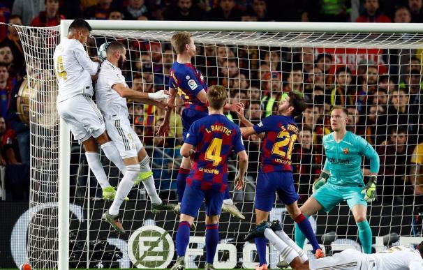 El jugador Real Madrid, Benzemà, intenta el remate ante la portería de Stegen, del Barcelona,durante el encuentro correspondiente a la Liga jugado esta noche en el Camp Nou.