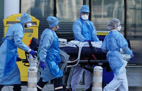Fotografía de unos médicos franceses con un paciente infectado por el coronavirus. Julie, una joven de 16 años, es la víctima más joven en el país por la pandemia.
