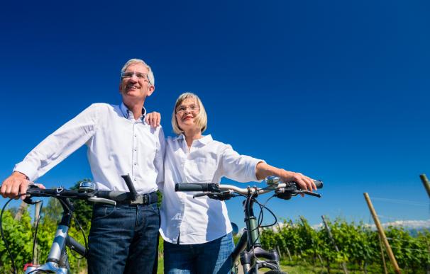 Fotografía de dos jubilados disfrutando de su jubilación en el extranjero.