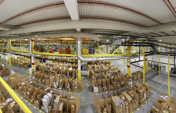 Imagen de un almacén logístico de Amazon.
