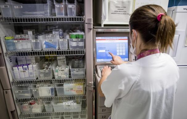 Enfermera prepara medicación en el Servicio Enfermero del servicio de urgencias pediátricas del Hospital Universitario Vall d'Hebron