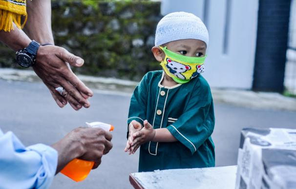 Pandemia coronavirus mundo niño mascarilla gel