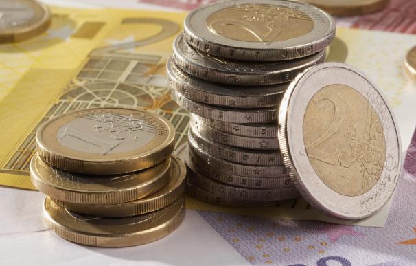 Fotografía de monedas y billetes de euro.
