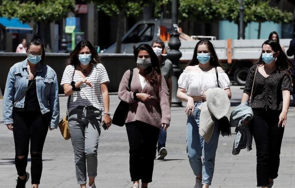 Un grupo de personas pasean con sus mascarillas puestas por la Avenida Carlos III de Pamplona. /EFE