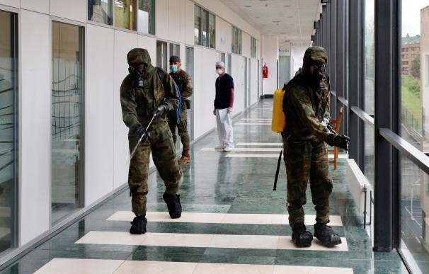Militares de la Operación Balmis desinfectando un hospital