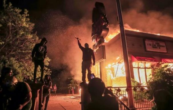 Los disturbios en EEUU amenazan la reapertura económica por el coronavirus.