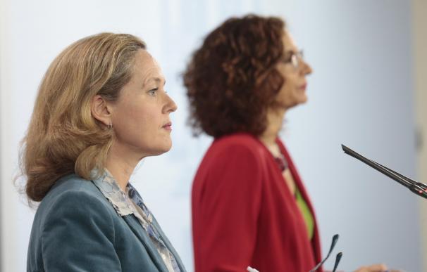 La ministra de Asuntos Económicos y de Transformación Digital de España, Nadia Calviño, y la Ministra de Hacienda y portavoz del Gobierno, María Jesús Montero, llevan a cabo una rueda de prensa, en Madrid (España) a 1 de mayo de 2020. En ella han anunciado que el Gobierno prevé un desplome del PIB del 9,2% este año y una tasa de paro del 19%, así como un déficit del 10,34% este año y una deuda del 115,5%, con 25.700 millones de ingresos menos. 01 MAYO 2020;MONCLOA;MADRID;COMUNIDAD DE MADRID;GOBIERNO;EJECUTIVO;NADIA CALVIÑO;MARÍA JESÚS MONTERO;ECONOMÍA;HACIENDA (Foto de ARCHIVO) 1/5/2020