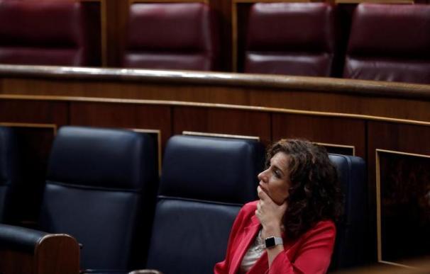 María Jesús Montero, en su escaño del Congreso, con gesto pensativo.