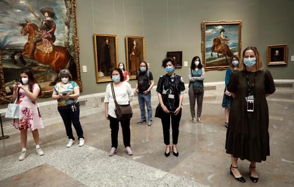 Varios visitantes en el primer día de apertura tras la pandemia del Museo del Prado,