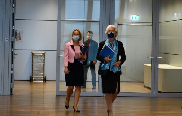 Lagarde porta mascarilla en su reunión del 4 de junio.