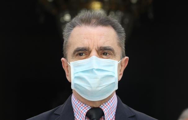 El delegado del Gobierno en Madrid, José Manuel Franco, guarda un minuto de silencio junto con algunos miembros de la delegación en señal de memoria y reconocimiento hacia las víctimas del coronavirus en España durante el último día de los diez de luto oficial declarado por el Gobierno. En Madrid (España), a 5 de junio de 2020. 05 JUNIO 2020;MINUTO DE SILENCIO;MADRID;JOSE MANUEL FRANCO;LUTO 5/6/2020