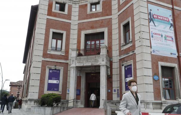 Una mujer sale del Hospital de Basurto, en Bilbao, este martes