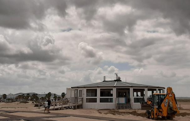 Los trabajos de acondicionamiento en la playa de Los Bateles de Conil aceleran su intensidad.