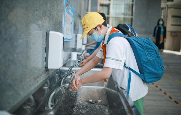 Un estudiante lavándose las manos en China por el coronavirus