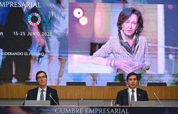 Antonio Garamendi y Carlos Torres (BBVA) escuchan la intervención de Ana Botín (Santander).