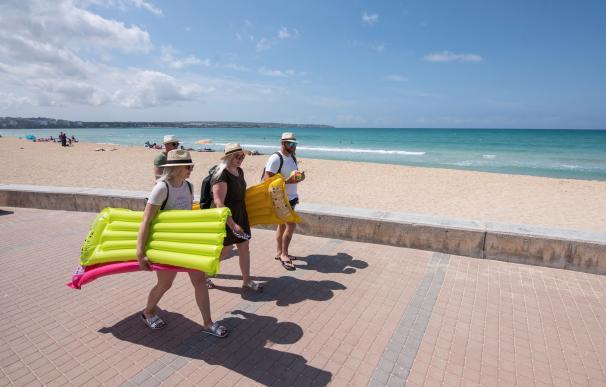 Turistas alemanes en la playa de Mallorca