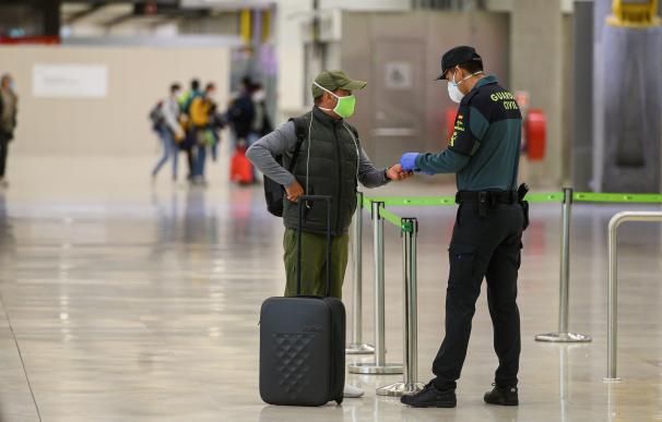 Un pasajero muestra la documentación en la d T4 del aeropuerto Madrid Barajas