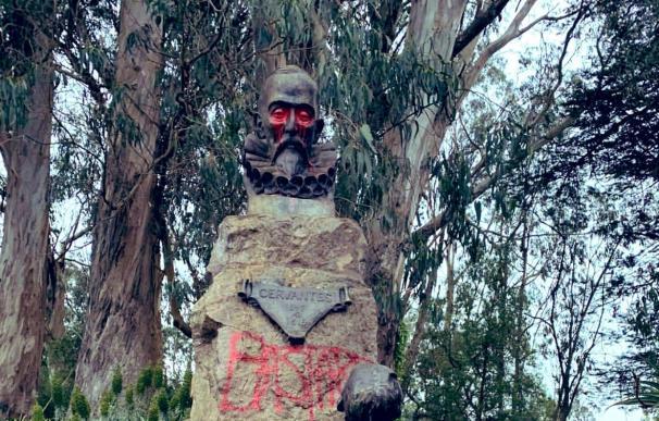 """Activistas pintan """"bastardo"""" sobre estatua de Cervantes en San Francisco"""