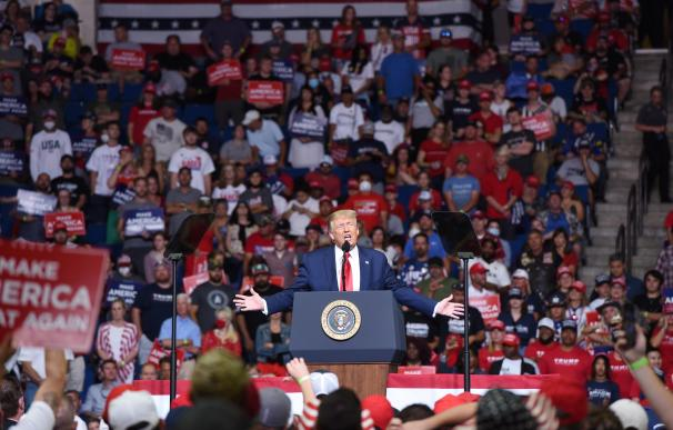 Tulsa (United States), 20/06/2020.- US President Donald J. Trump speaks during a rally inside the Bank of Oklahoma Center in Tulsa, Oklahoma, USA, 20 June 2020. The campaign rally is the first since the COVID-19 pandemic locked most of the country down in March 2020. (Elecciones, Estados Unidos) EFE/EPA/ALBERT HALIM