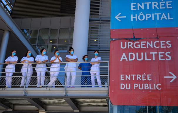 Varios sanitarios observan desde una pasarela en plena crisis del coronavirus en un hospital catalán.